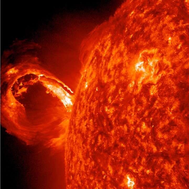 À l'image, l'éjection de masse coronale du 1er mai 2013. La recherche d'astres analogues au Soleil, qui consiste à découvrir des étoiles plus jeunes ou plus vieilles que la nôtre, est une façon alternative de mieux comprendre le Soleil. © Nasa