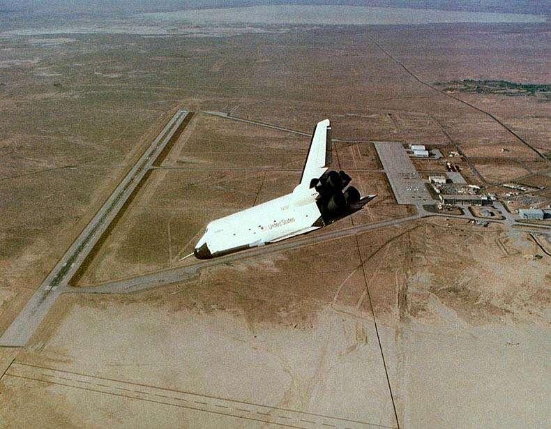 Le 10 octobre 1977, la navette Enterprise (le prototype, qui vient d'être largué d'un Boeing 747) se pose pour la première fois sur la piste de la base militaire d'Edwards, dans le désert de Mojaves, en Californie. © Nasa