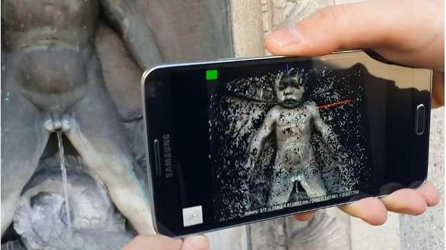 Pour réaliser une modélisation 3D d'un objet d'une personne, l'utilisateur vise avec le capteur photo de son smartphone et le déplace lentement. L'application commence à prendre automatiquement des clichés successifs, en indiquant par des signaux visuels et sonores la position qui convient. Une fois la modélisation accomplie, l'image peut être manipulée sous tous les angles. © Computer Vision and Geometry Group, EPFZ