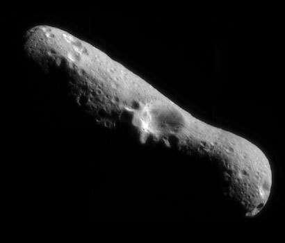 Une des premières images d'Eros réalisées par la sonde NEAR-Shoemaker quelques instants après sa mise en orbite autour de l'astéroïde le 14 février 2000.