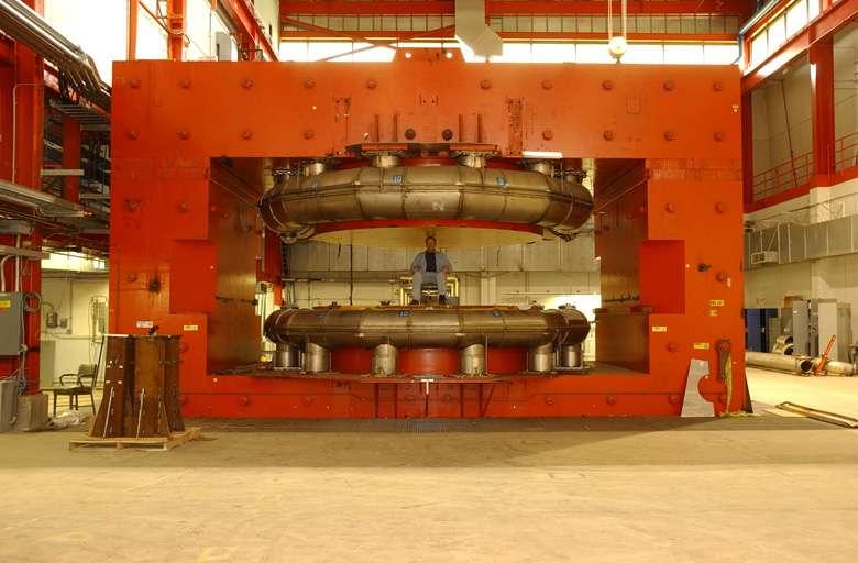 La saga des aimants pour les accélérateurs est ancienne. Sur cette photo, on voit l'aimant principal ayant équipé le cyclotron utilisé par Enrico Fermi pour étudier les pions liant protons et neutrons. Il s'agit d'un aimant qui n'était pas supraconducteur comme ceux du LHC et du Tevatron aujourd'hui. Crédit : Fermilab Today