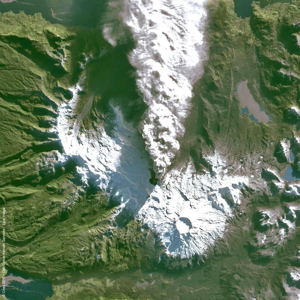 Le satellite Spot 4 a surpris la naissance d'un cratère, consécutif au réveil du volcan Puyehue. Cette image est rendue publique par GEO-Informations Services. © Cnes 2011 – Distribution Astrium Services/Spot Image