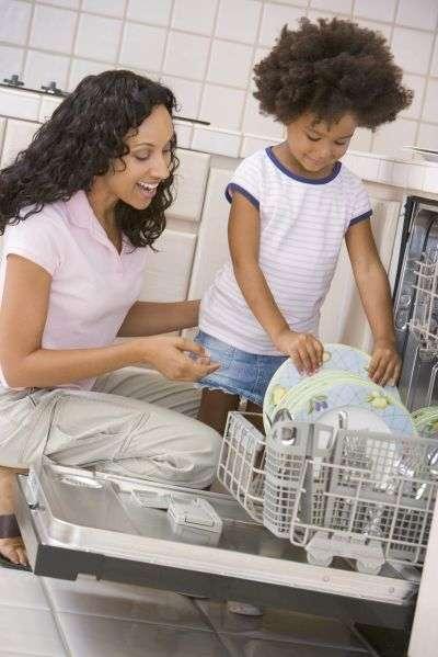 L'environnement chaud et humide des cafetières et lave-vaisselle par exemple, est propice au développement de moisissures. © Monkey Business Images/shutterstock.com
