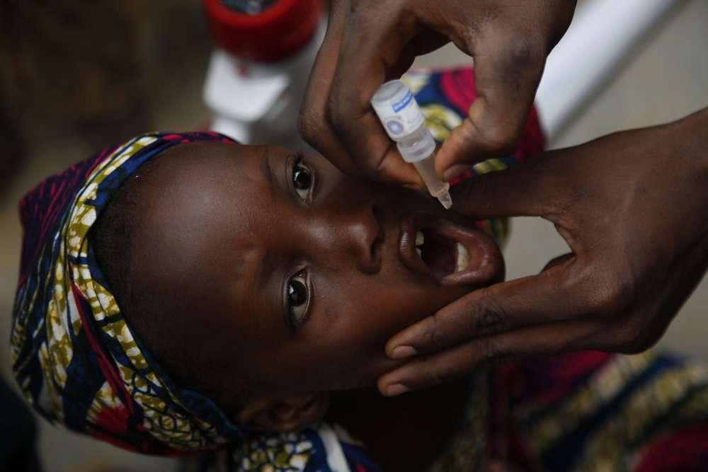 Enfant recevant une dose du vaccin oral contre la poliomyélite au Nigéria. Avec seulement quelques doses comme celle-ci, les vaccins peuvent prévenir la maladie pour toute une vie. © Gates Foundation, Flickr, cc by nc nd 2.0
