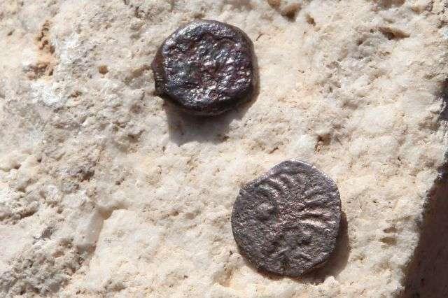 Deux anciennes pièces de bronze peut-être frappées par le procureur romain de Judée, Valerius Gratus, vers 17 ou 18 après J.-C. © AFP Photo/Gali Tibbon