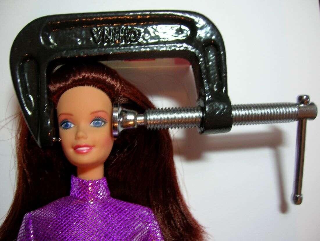 Lors d'une crise de migraine, les personnes ont l'impression d'avoir la tête prise dans un étau. © Deborah Leigh (Migraine Chick), Flickr, cc by nc 2.0