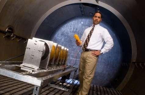 Mitchell Walker, professeur à la Daniel Guggenheim School of Aerospace Engineering, pose devant un moteur à plasma Pratt & Whitney, modifié par son équipe. Crédit : Georgia Tech.