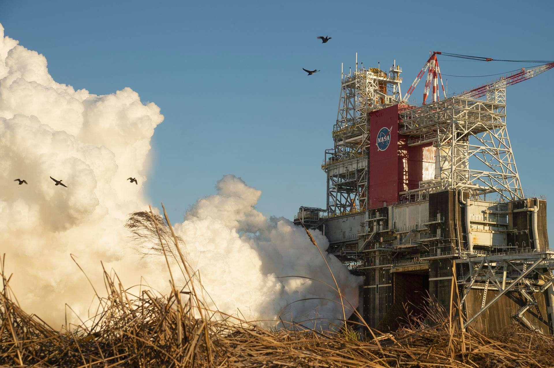 Essai des moteurs RS-25 du SLS dans le cadre du « Green Run » du lanceur. © Nasa