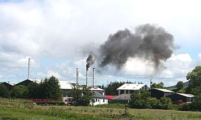 Fumées noires s'échappant des cheminées d'un incinérateur. © Anne Burgess, Geograph CC by-sa 2.0