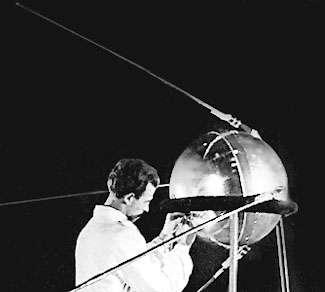 Le véritable modèle de vol de Spoutnik 1 lors d'une vérification au sol. Archives russes.
