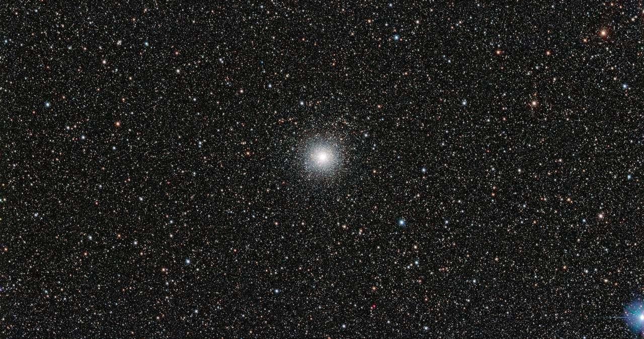 L'amas globulaire Messier 54 (M54) vu par le télescope de sondage du VLT à l'observatoire de Paranal de l'ESO au nord du Chili. Même s'il ressemble à beaucoup d'autres, il n'appartient pas à la Voie lactée, mais à la galaxie naine du Sagittaire. Les astronomes ont donc pu y mesurer l'abondance de lithium au sein d'étoiles extérieures à la Voie lactée. Réponse en forme d'énigme : elle y est, comme autour de nous, en quantité plus faible que celle prédite par les modèles. © ESO