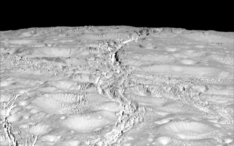 Région proche du pôle nord d'Encelade photographiée le 14 octobre 2015 par la sonde Cassini, à environ 6.000 km de la surface. Il n'y a pas que des cratères d'impact comme s'y attendaient les chercheurs. © Nasa, JPL-Caltech, Space Science Institute