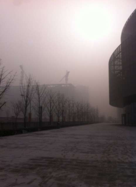 Pékin en pleine journée, le 12 janvier 2013. Le smog est tellement épais qu'on ne voit plus le ciel, et qu'il fait très sombre. L'indice de pollution était de 755 alors que le maximum habituel de l'échelle de mesure de l'Air Quality Index est de 500. © @limlouisa, Twitter