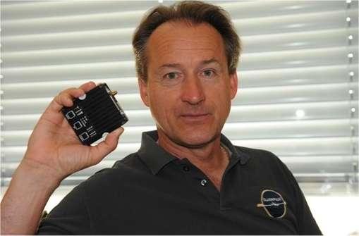 André Borschberg, un des responsables du projet Solar Impulse et qui devait prendre les commandes du HB-SIA pour ce long vol d'essai, montre la pièce défectueuse qui aurait mis la mission en péril. © Solar Impulse