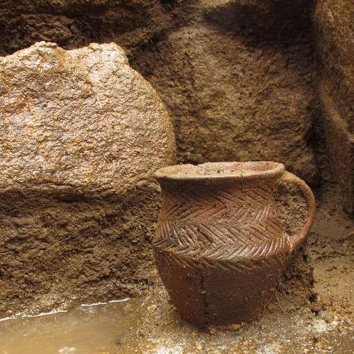 Petit vase daté de l'âge du bronze ancien, découvert sur le site archéologique de l'Inrap au Bono (Morbihan), au fond d'une sépulture. © Laurent Juhel, Inrap