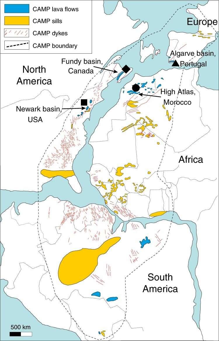 Les symboles noirs indiquent la provenance des échantillons étudiés : triangle pour le Portugal, cercle pour le Maroc, carré pour le New Jersey (États-Unis), et diamant pour la Nouvelle-Écosse (Canada). Les pointillés noirs correspondent aux limites de la Camp, et les pointillés rouges à ses digues. Tandis qu'en jaune sont représentés les seuils de la Camp, et en bleu les coulées de lave. © Manfredo Capriolo et al. Deep CO2 in the end-Triassic Central Atlantic Magmatic Province, Nature Communications
