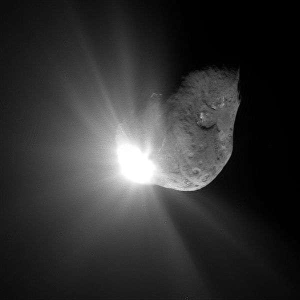 La sonde Deep Impact a percuté avec succès la comète 9P/Tempel 1, occasionnant un cratère d'une trentaine de mètres. Cette image a été prise 67 secondes après l'impact. © Nasa, DP