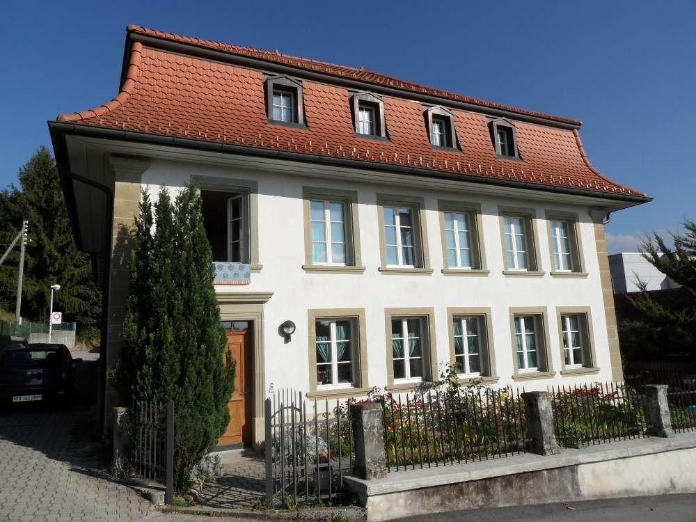 Une mansarde est une pièce de la maison située juste sous les toits. © Ribereth, Domaine public, Wikimedia Commons