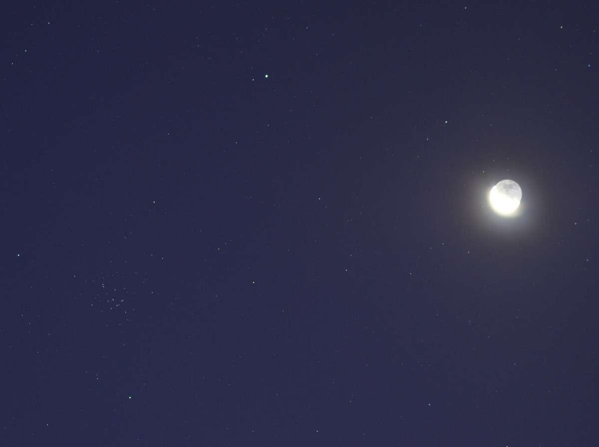 Le 23 septembre la planète Mars (point brillant en haut) n'était plus très loin de l'amas de la Crèche (à gauche) alors que la Lune s'invitait. © J-B Feldmann (http://montreurdimages.blogspot.com/)