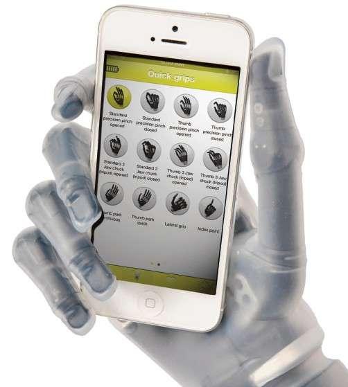 La main robotisée i-Limb est équipée d'un module de transmission dans fil Bluetooth qui sert à la connecter à un terminal mobile, en l'occurrence sous Apple iOS. Une interface simple permet d'activer l'une des 24 configurations qui répondent aux principaux besoins qu'une personne peut avoir dans ses activités quotidiennes. © Touch Bionics