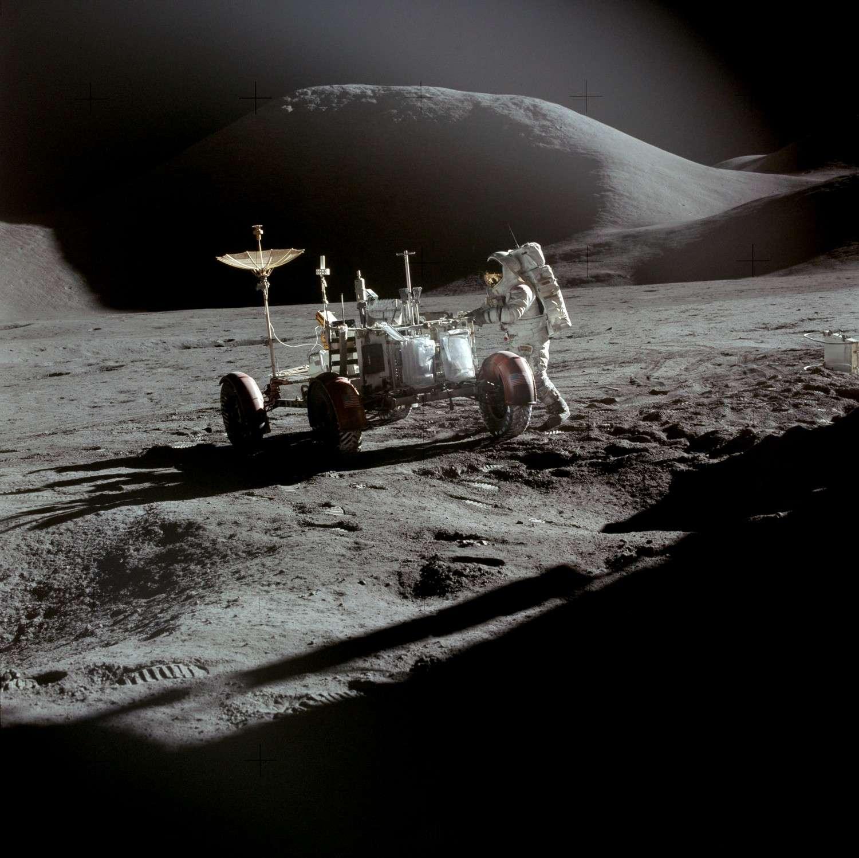 Scott photographiant Irwin aux côtés de la jeep lunaire au cours de la mission Apollo 15. © Nasa