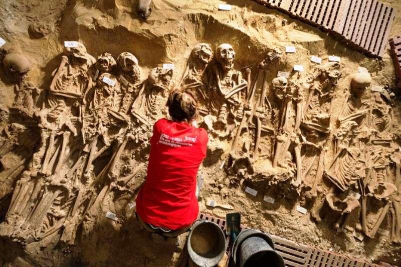 La grande fosse commune située dans la salle 2 comprend plus de 150 individus. © Denis Gliksman, Inrap