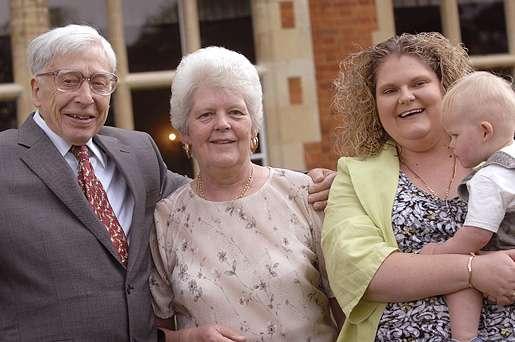 Robert Edwards aux côtés du premier bébé-éprouvette Louise Brown, qui est accompagnée de sa mère et de son fils. © Bourn Hall Clinic