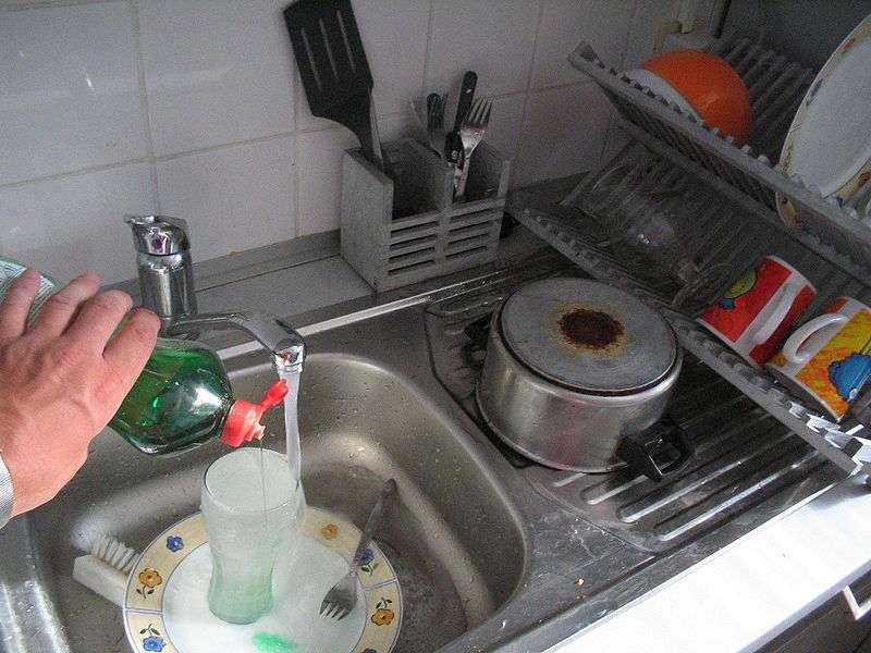 L'évier sert à nettoyer la vaisselle et à la faire sécher sur son socle, le plan de travail. © Mortadelo2005, CC BY-SA 3.0, Wikimedia Commons