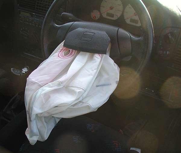 Allen Breed, spécialiste de la sécurité, conçoit le premier airbag au sein de sa société. L'airbag est le plus souvent utilisé dans l'automobile afin de protéger les passagers et le conducteur d'un impact. © Lupin, Domaine public, Wikimédia Commons