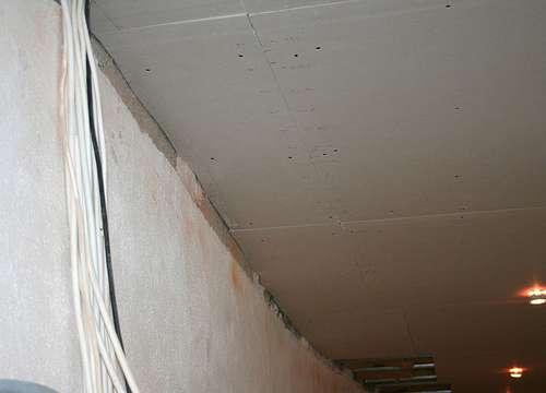 Avant de peindre un plafond, il doit être préparé. © Christine et Hagen Graf, Flickr, CC BY 2.0