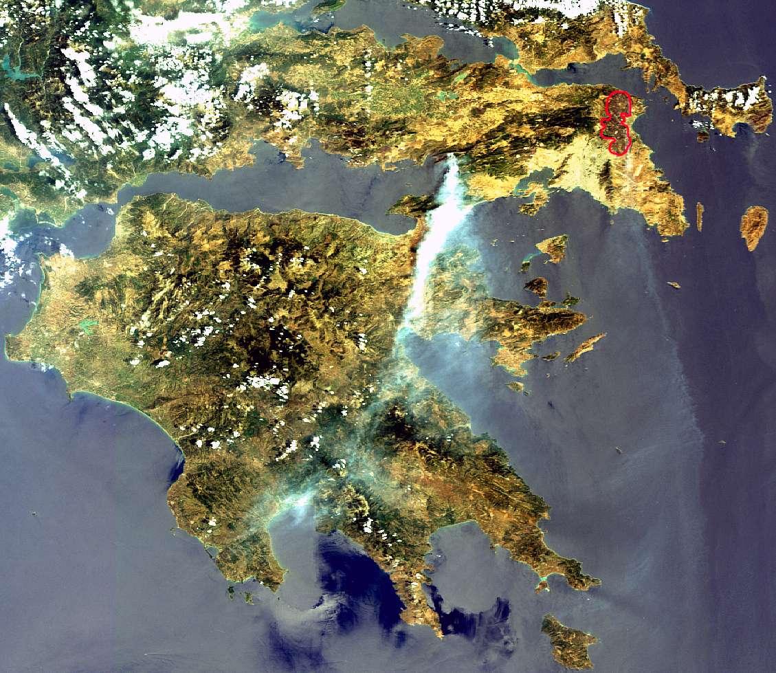 Le Péloponnèse sous l'œil de Meris le lundi 24 août à 9 h 14 TU (12 h 14 en heure locale). Le foyer de l'incendie se trouve cette fois à l'ouest d'Athènes, à l'extrémité est du golfe de Corinthe. Au nord de la capitale grecque (repérable à sa couleur plus claire), les zones calcinées par le premier incendie (entourées de rouge) sont bien visibles. © Esa