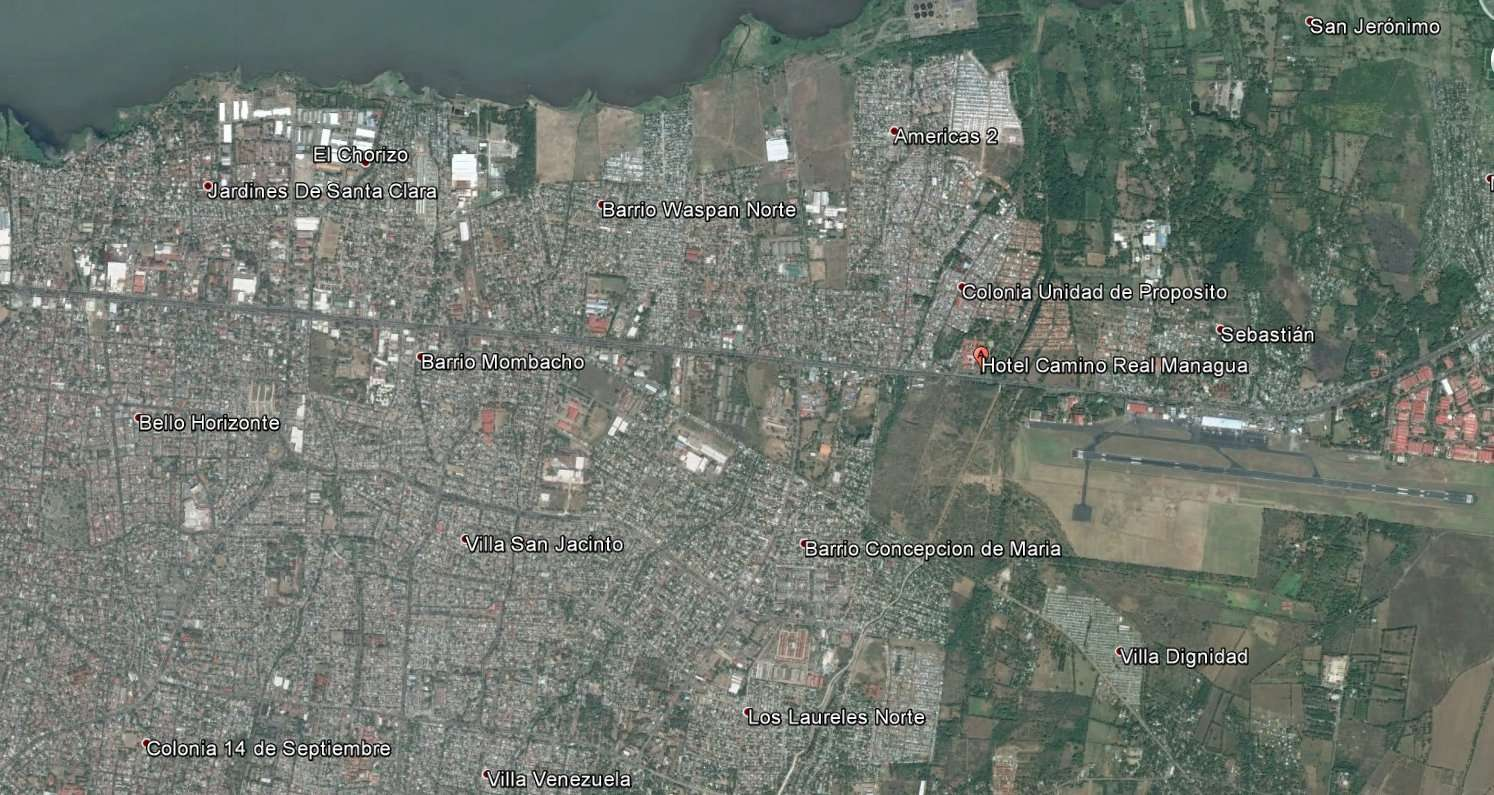 Une vue rapprochée de Managua, densément peuplée. La météorite est tombée juste à l'ouest de l'aéroport (à sa gauche sur cette image), par chance dans une zone inhabitée, mais à 300 m seulement de l'hôtel Camino Real. © (capture Google Earth)
