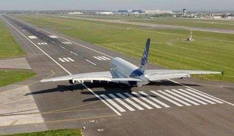 L'Airbus A380 en bout de piste, prêt à décoller pour son premier vol. Crédit Airbus.
