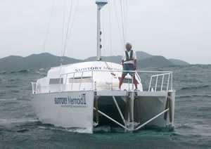 Kenichi Horrie et son bateau, durant les essais dans le détroit de Kii. © Tsuneishi Holdings