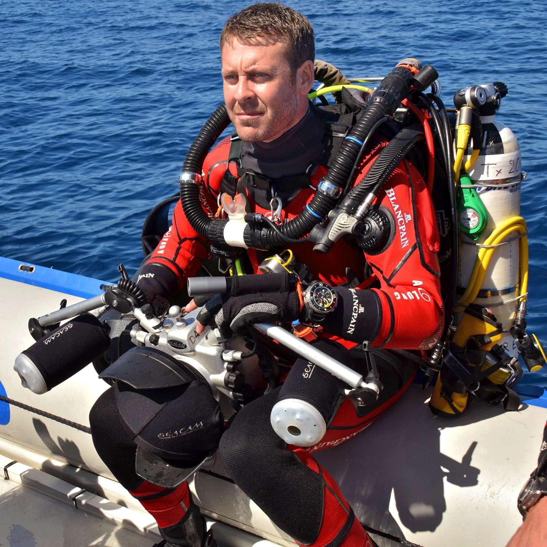 Laurent Ballesta, pionnier de la plongée profonde, peut descendre à plus de 100 m avec son système de respiration en circuit fermé. Il a pu ainsi, pour la première fois, filmer des cœlacanthes dans leur milieu. Un réservoir d'oxygène concentrant ce gaz dans un petit volume de cristal pourra peut-être alléger et simplifier son équipement. © Barbara Brou
