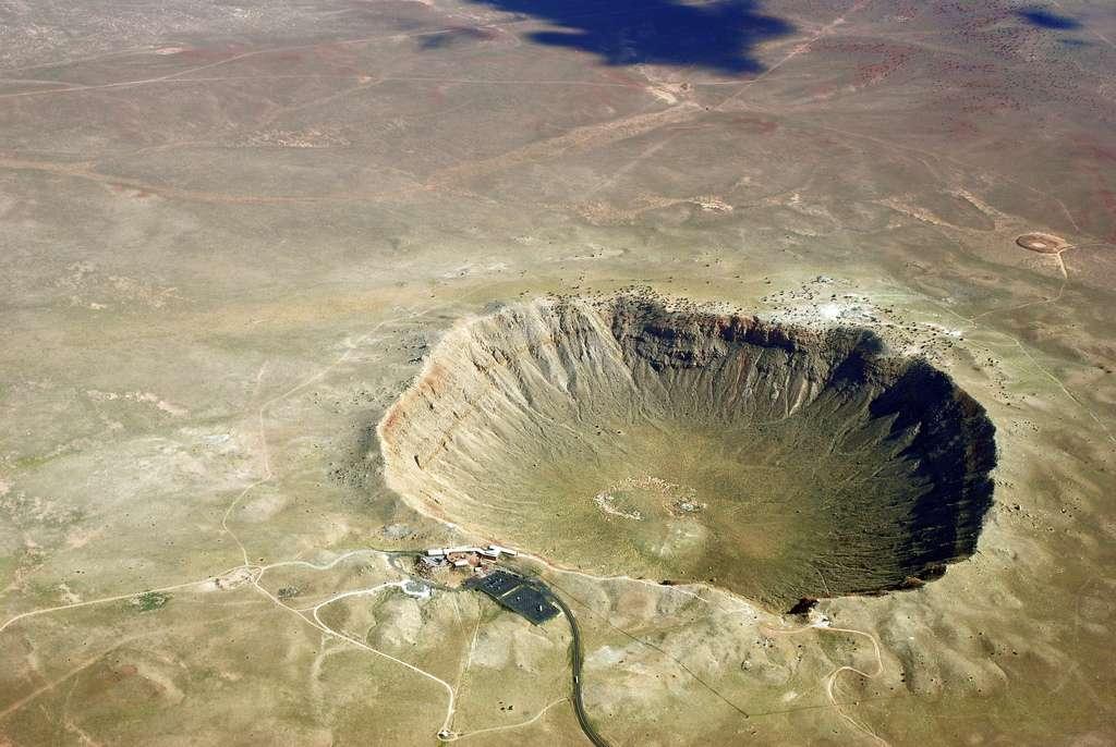 Meteor Crater est un cratère d'impact dans l'État de l'Arizona. Il est aussi appelé Cratère Barringer. Le cratère en bol mesure entre 1.200 et 1.400 mètres de diamètre. Il se serait formé il y a environ 50.000 ans, à la suite de l'impact d'une météorite d'une masse de 300.000 tonnes, composée de fer et de nickel. © Shane torgerson-Wikipedia