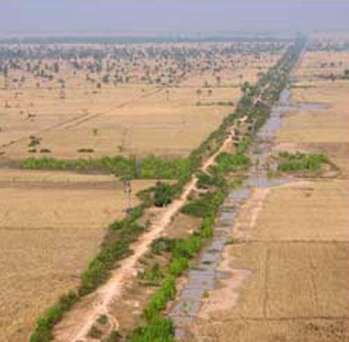 Un grand axe de communication, formé d'un canal flanqué d'une route. Image fournie par les Pnas