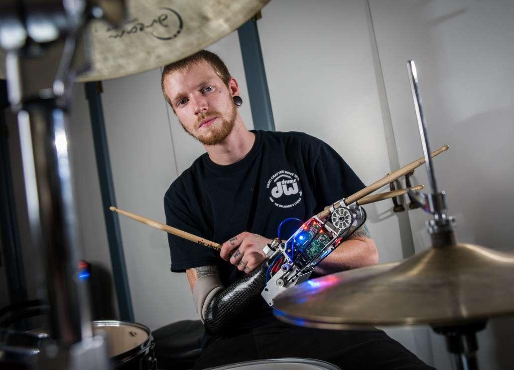 Le centre d'étude auteur de ce bras bionique s'intéresse aux rapports entre musique et technologies futuristes. Les robots pourraient changer la manière dont les humains interagissent avec leur instrument, mais aussi entre eux, ouvrant ainsi de nouveaux champs d'exploration musicale. © Georgia Tech Center for Music Technology