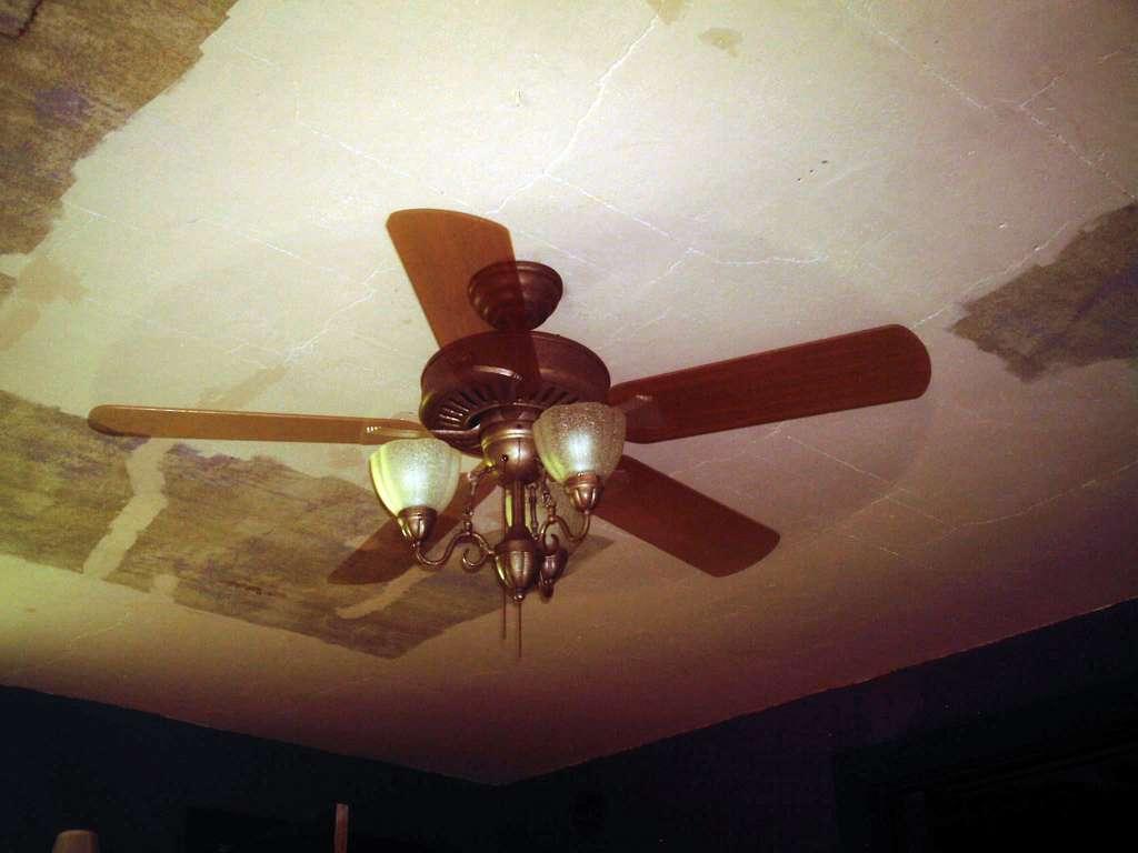 Le plafond tendu est une solution face à un plafond abîmé. © Marion Doss, Flickr, CC BY 2.0