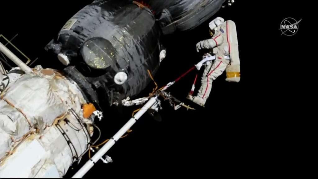 Le cosmonaute Oleg Kononenko se préparant à inspecter le mystérieux trou découvert dans le Soyouz attaché à l'ISS, ce mardi 11 décembre. © Nasa