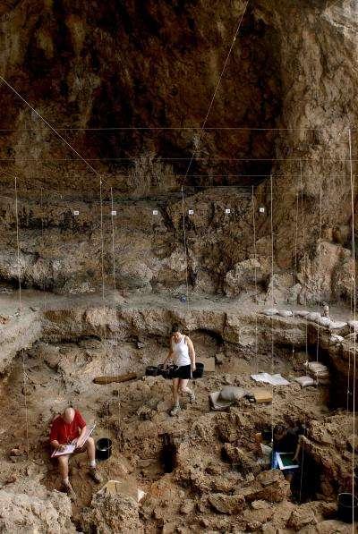 Les fouilles dans les fosses retrouvées à Hilazon Tachtit Cave en Israël ont permis de découvrir les restes de ce très ancien festin. © Naftali Hilger