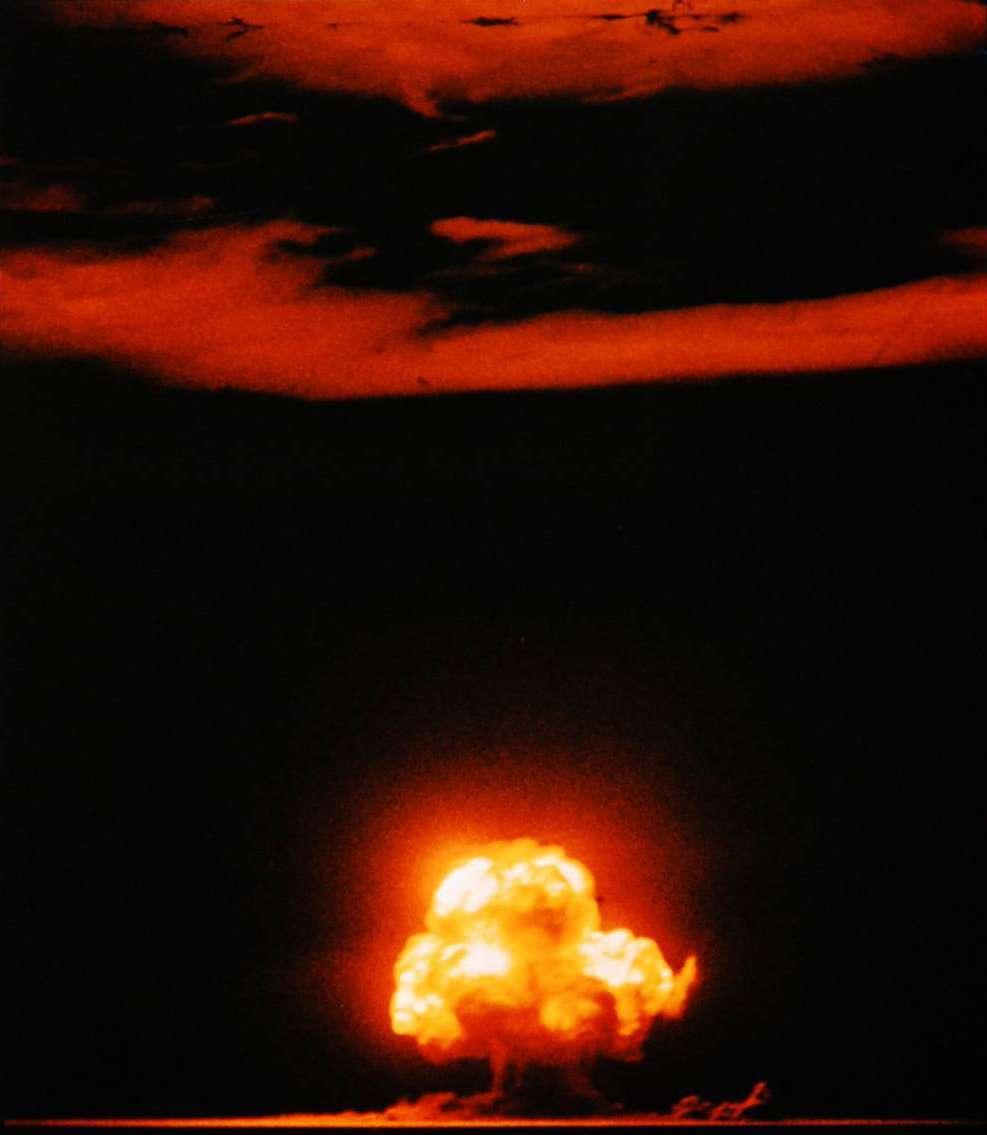 Pendant l'équilibre de la terreur, l'arme nucléaire était en possession des deux superpuissances. Ici, l'essai Trinity, la première détonation d'arme nucléaire, le 16 avril 1945. © Jack W. Aeby, Wikimedia Commons, DP
