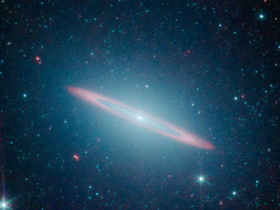 Photographié par le télescope spatial infrarouge Spitzer, Messier 104 révèle un disque central composé d'étoiles et de poussière à l'intérieur d'une galaxie elliptique. © Nasa/JPL-Caltech