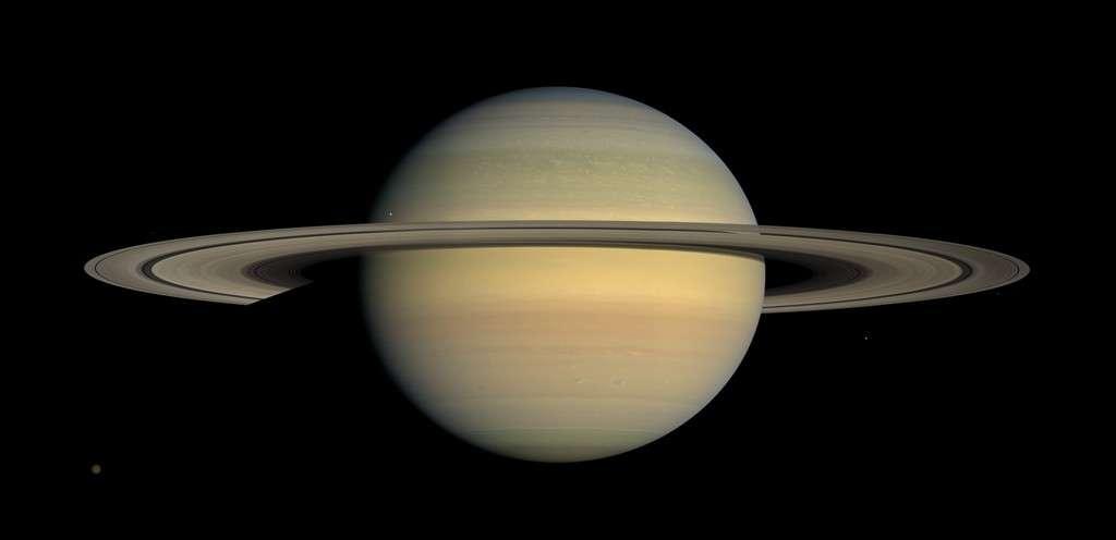 Les anneaux de Saturne sont constitués de particules, faites de 95 à 99 % de glace d'eau pure et de poussières, dont les tailles varient de quelques micromètres à quelques centaines de mètres. Les anneaux forment un disque de 140.000 km de diamètre comportant plusieurs divisions de largeurs variables. Ils s'étendent de 7.000 à 72.000 km de la surface de Saturne et leur épaisseur varie de 2 à 10 mètres seulement. © Nasa