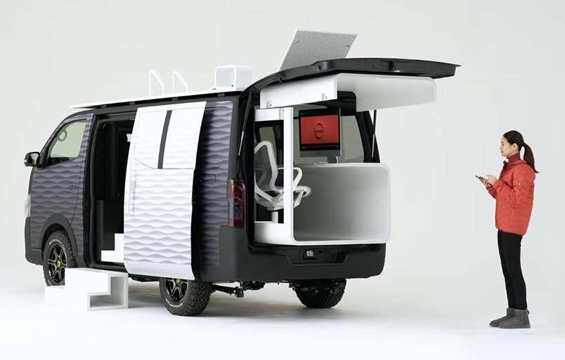 Le Caravan NV350 Office Pod Concept de Nissan est pensé pour le télétravail avec son bureau escamotable. © Nissan