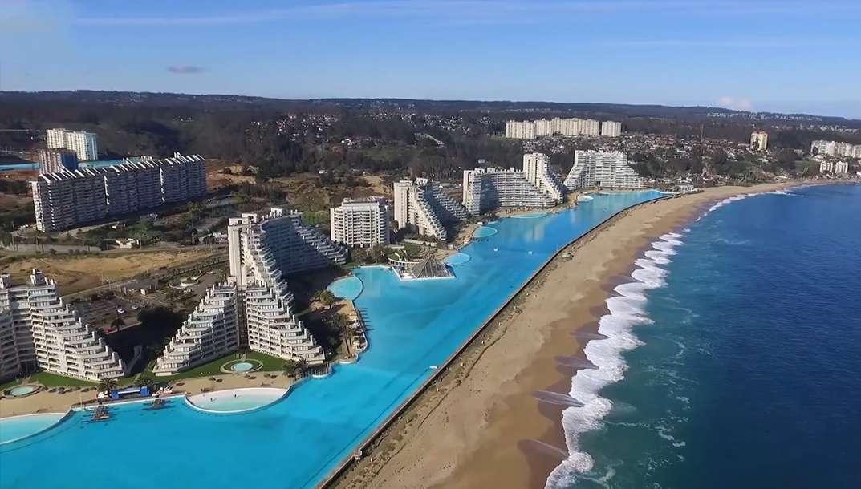 La plus grande piscine du monde survolée en drone au Chili