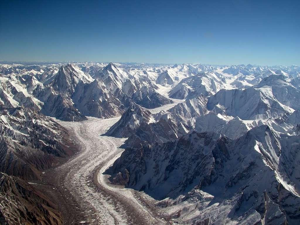 Le massif du Karakoram a la même origine que la chaîne de l'Himalaya. Il est né de la collision entre les plaques lithosphériques indo-australienne et eurasienne. Les glaciers qu'il abrite alimenteraient environ 130 millions de Pakistanais en eau potable. © *_*, Flickr, CC by 2.0