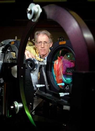 Un chercheur effectue un réglage dans le dispositif optique de Vulcain. Crédit : STFC