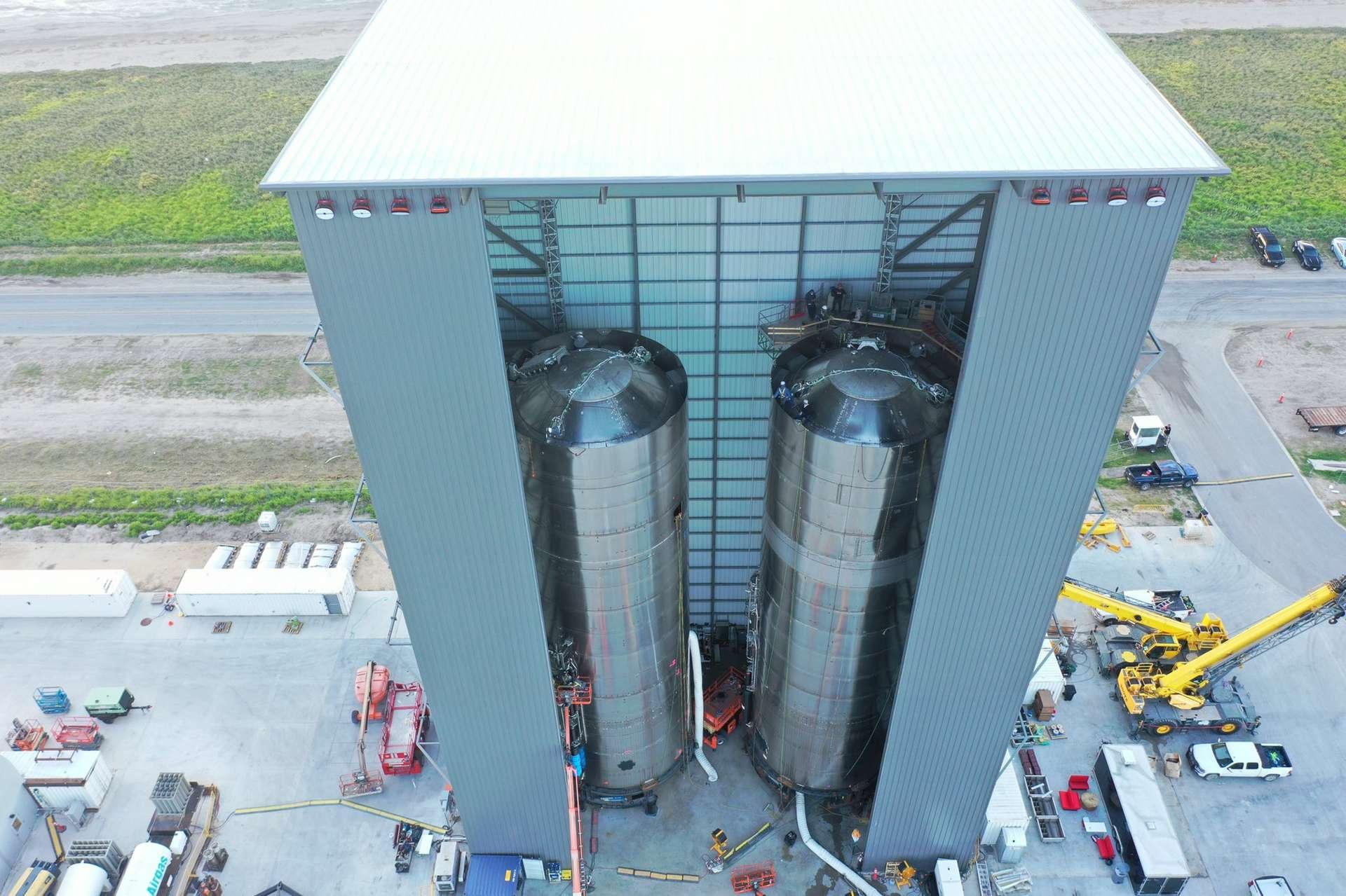 Deux réservoirs de prototype SN du démonstrateur du Starship sur la base de lancement de Boca Chica de SpaceX, au Texas. © SpaceX, Elon Musk