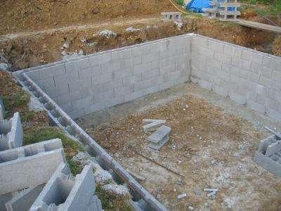 On peut voir sur cette photo le contour de la piscine réalisé avec des blocs à brancher. © DR